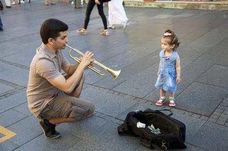 Yhteys, trumpetisti ja pikkutyttö Knjez Mihailova -katu Belgrad