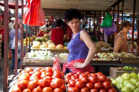 Tomaatit ja viehkeä myyjätär.