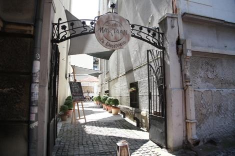 Bašta Martaan sijaitsee Belgradin keskustassa osoitteessa Dositejeva 26.