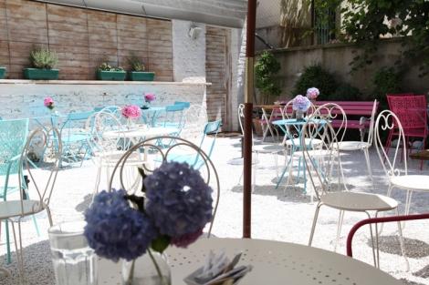 Bašta Martaanissa on rauhallinen sisäpiha ja hehkeät värit.