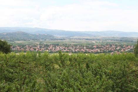 Kaukana siintää Baličevacin kylä sekä Oblaćinsko-järvi.