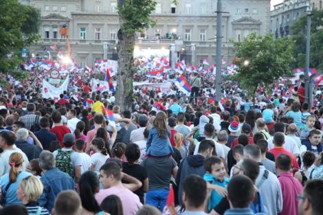 Väkijoukkoa Belgradin kaupungintalon edustalla.
