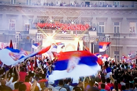 Nuoret MM-jalkapalloilijat Belgradin kaupungintalolla.