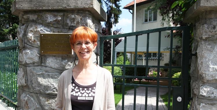 Paula Kuru-Orpana Suomen suurlähetystön residenssin portilla.
