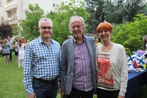 Suurlähettiläs Pekka Orpana (vas), Serbia-Suomi -seuran puheenjohtaja Miroslav Cvetković ja Paula Kuru-Orpana residenssin pihalla.