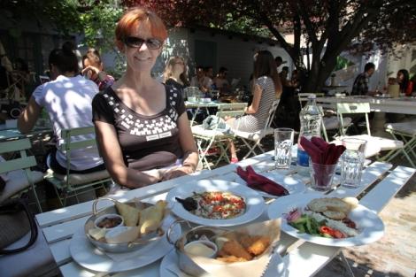 Maistelemme Paulan kanssa Smokvicassa kevyitä paloja pieneen nälkään.
