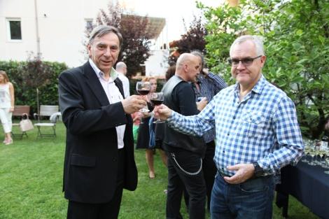 Suurlähettiläs Pekka Orpana ja Scanadvisors-yhtiön toimitusjohtaja Srba Lukic skoolaavat Serbia-Suomi-seuran juhlassa.