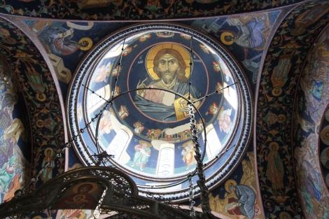 Keskikupolissa on Kristus Pantokrator. Etusormen pituus 1,2 metriä ja nenän pituus 2 metriä.