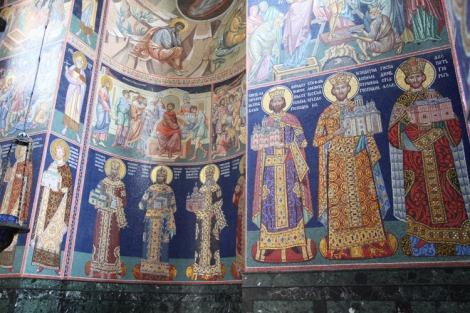Serbian kuninkaat ja heidän perustamansa luostarit on ikuistettu kirkon seinille.