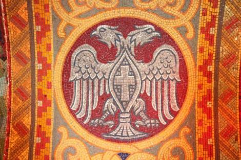 Serbian vaakunassa on kaksipäinen kotka, Bysantin valtakunnan Palaiologos-suvun tunnus.