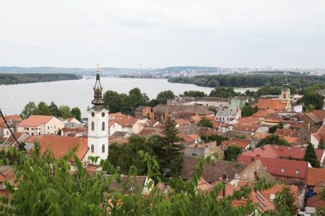 Näköala Millenium-tronista yli Zemunin Tonava-joelle ja Belgradiin.