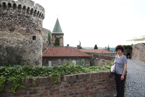 Ravintolan sisäänkäynti sijaitsee kuvassa näkyvän tornin ja kirkon lähistöllä.