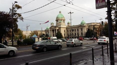 Näkemisiin Belgrad. Kaupunki oli jo omassa vauhdissaan, kun lähdimme. Kuvassa parlamenttitalo hotellin läheisyydessä.