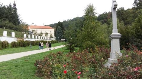 Grgetegin luostariin kävellään kauniin puiston läpi.