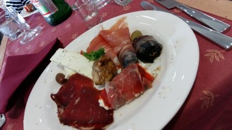 Serbialainen mahtavan maukas ruoka, mmmm...Tämä alkupala on Tarpos viinitilalta Vrbicasta (Vinarija Vrbica).