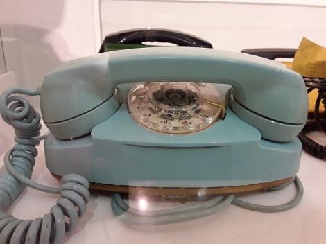 Pöytäpuhelin 1980-luku.
